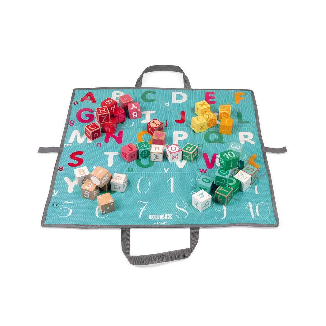 Janod Kubix Blocks dřevěné kostky abeceda a čísla stavebnice s interaktivní podložkou 40 kostek