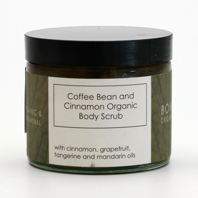 Bomb Cosmetics x Tělový peeling kávová zrna a skořice, Bomb Organic 250 ml