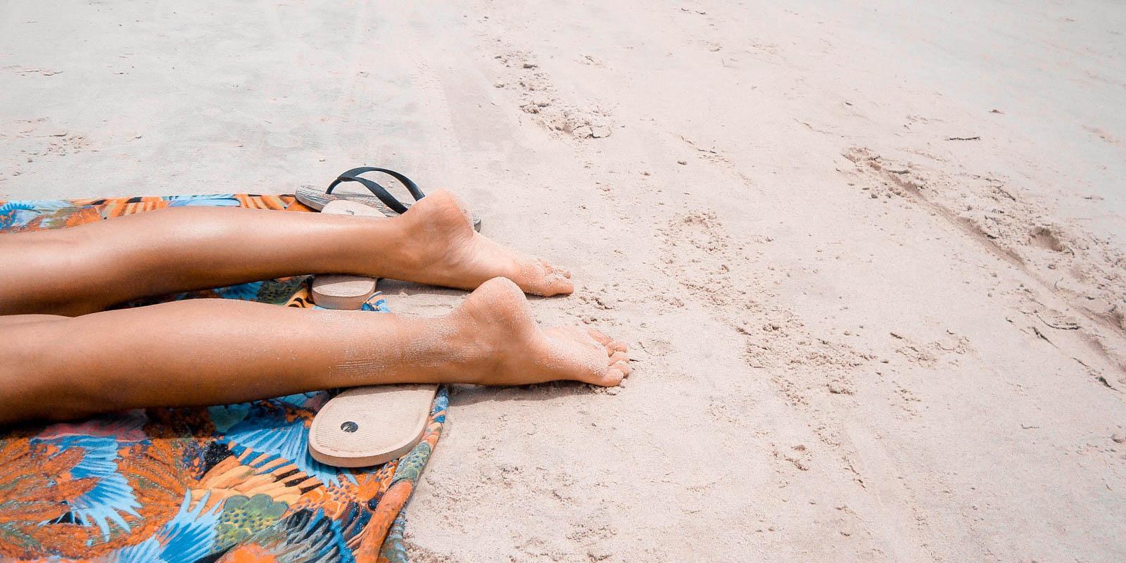 Opalování na pláži, opalování na sluníčku, pantofle, opalovačka, deka