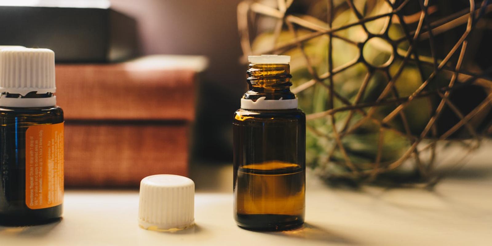 Lahvička s éterickým olejem