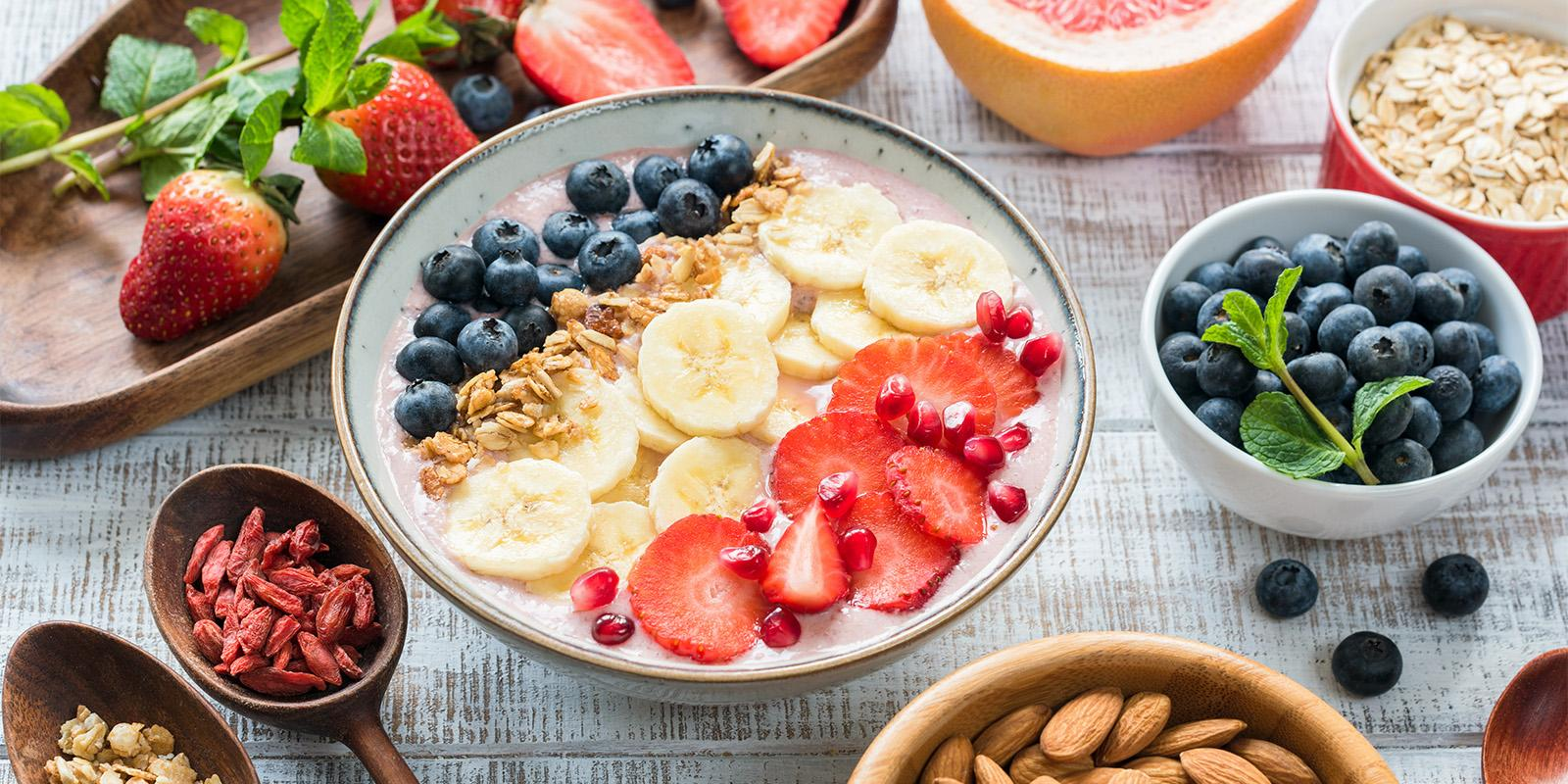 Smoothie bowl s ovocem a oříšky