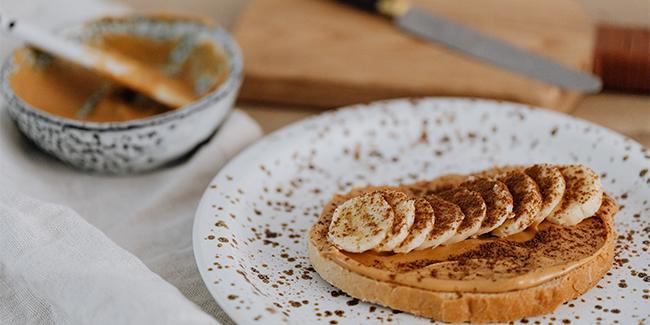 Chleba s arašídovým máslem, banánem a skořicí