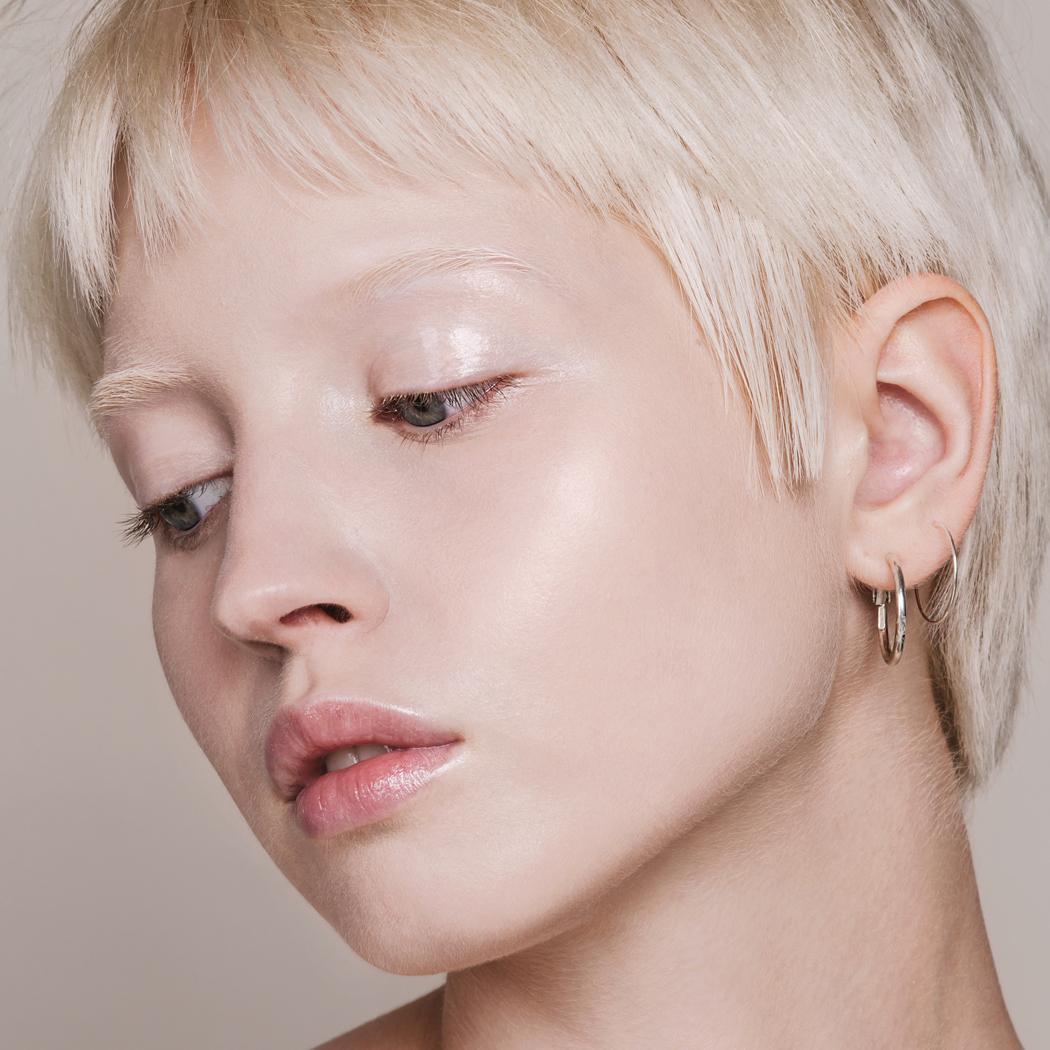 Žena, která má na sobě make-up od MÁDARA