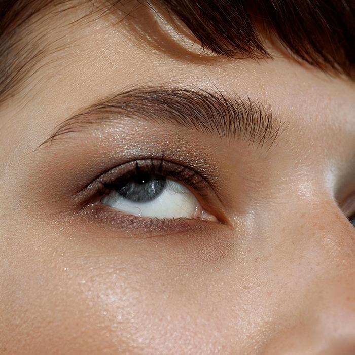 Žena namalovaná s kosmetikou MÁDARA, oční stíny