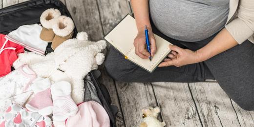 Žena balící tašku do porodnice