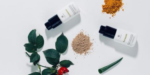 Kosmetické produkty na bílém pozadí