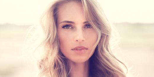 Přirozeně nalíčená blondýnka s perfektní pletí