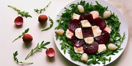 Salát s červenou řepou a exotickým liči