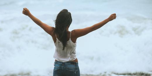 deodorant, dívka u oceánu, žena u oceánu, rozpřažené ruce žena
