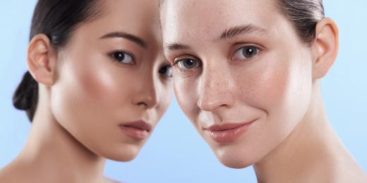 Dvě ženy dívající se dopředu s různými typi pleti - běloška a asiatka