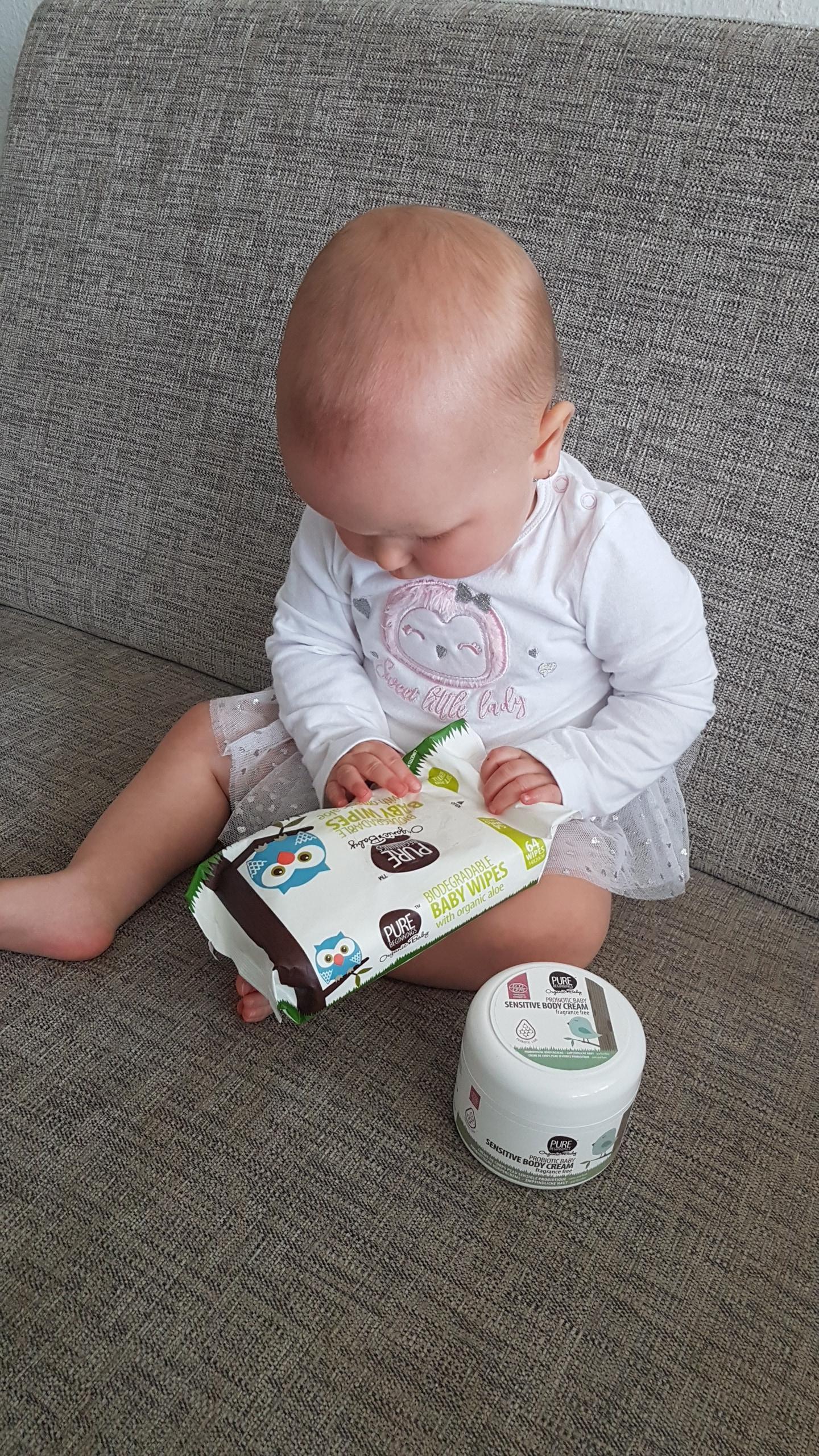 Dítě hrající si s věcmi od Pure Beginnings