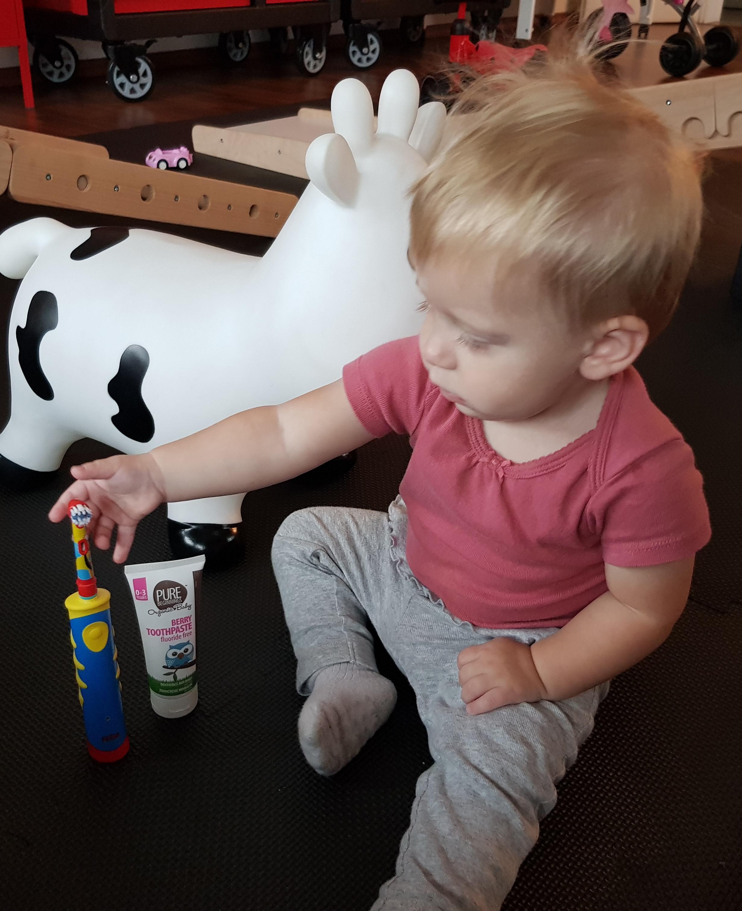 Dítě držící produkty od Pure Beginnings