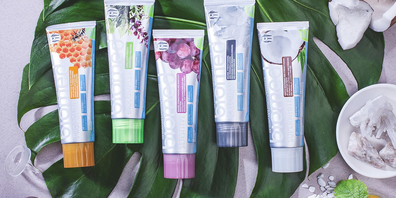 Pčírodní zubní pasty Biomed ležící na listu