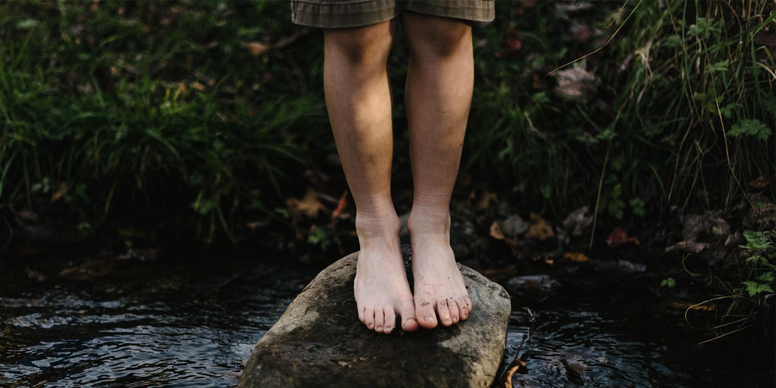 nohy v řece, dítě řeka, příroda a řeka, potok, vesnice