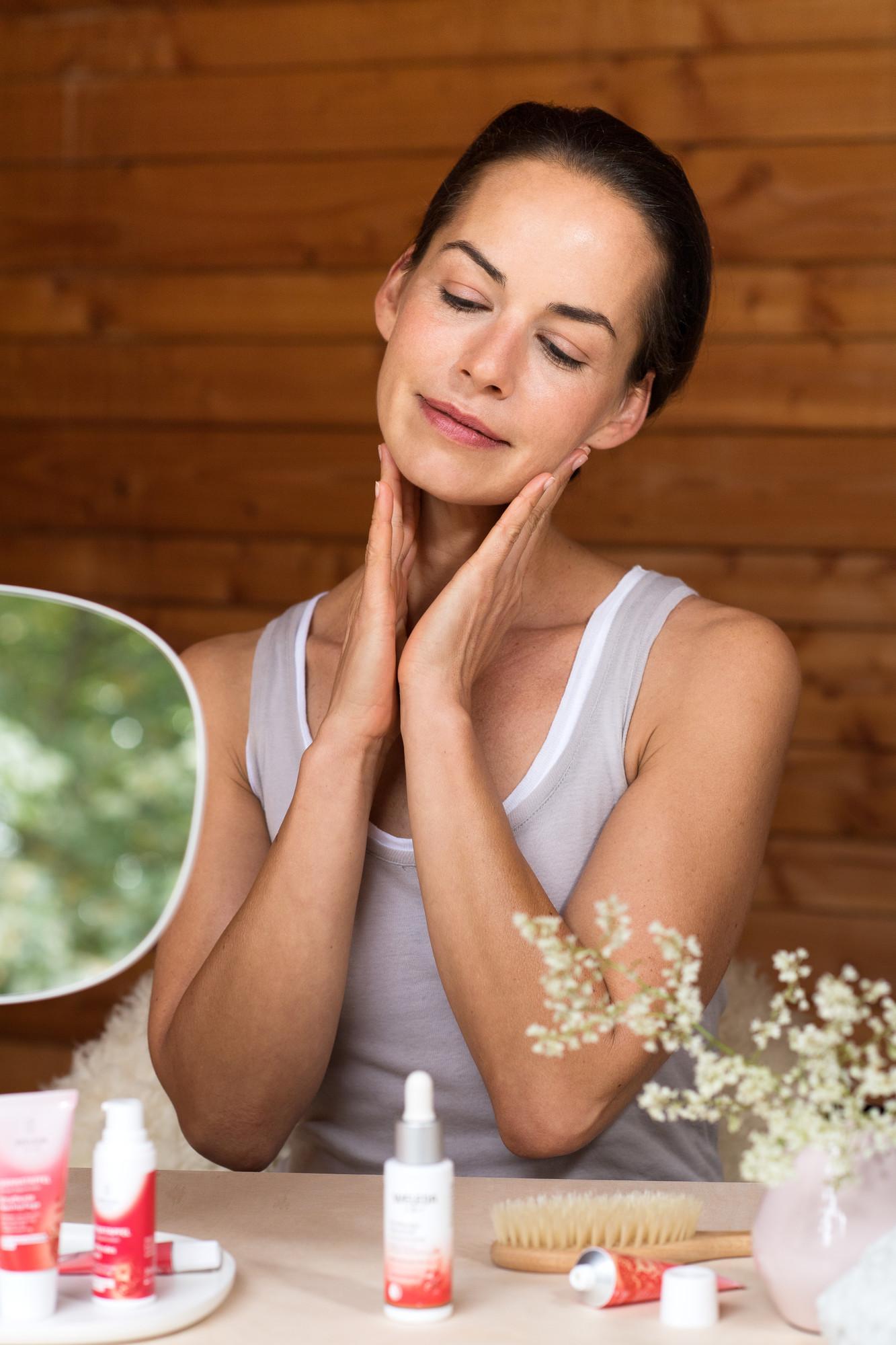 Nanášení pleťového oleje na obličej
