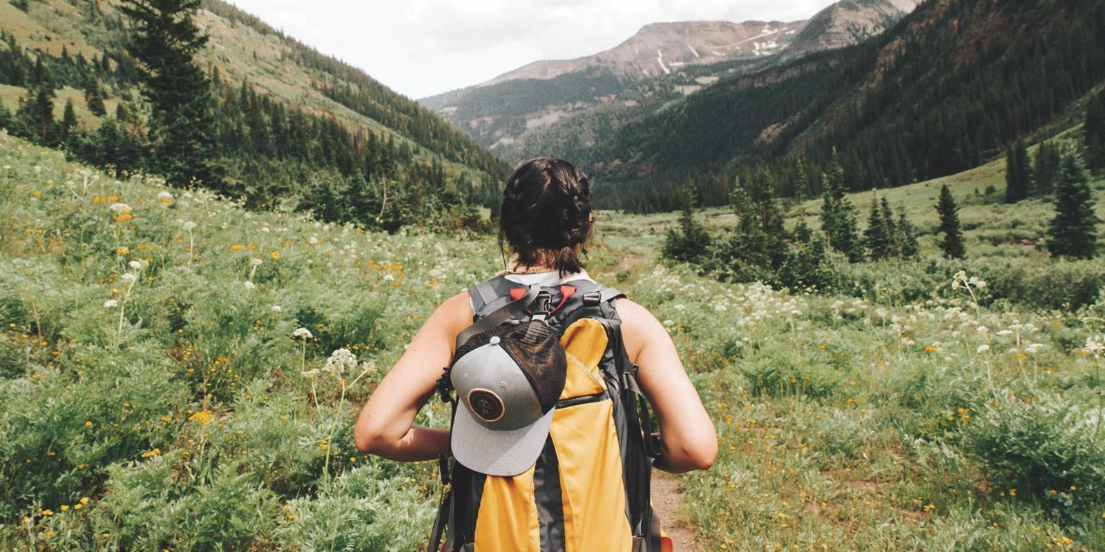 Žena s batohem v přírodě