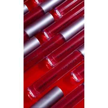 MÁDARA Glossy Venom Lesk na rty, Ruby red 4 ml
